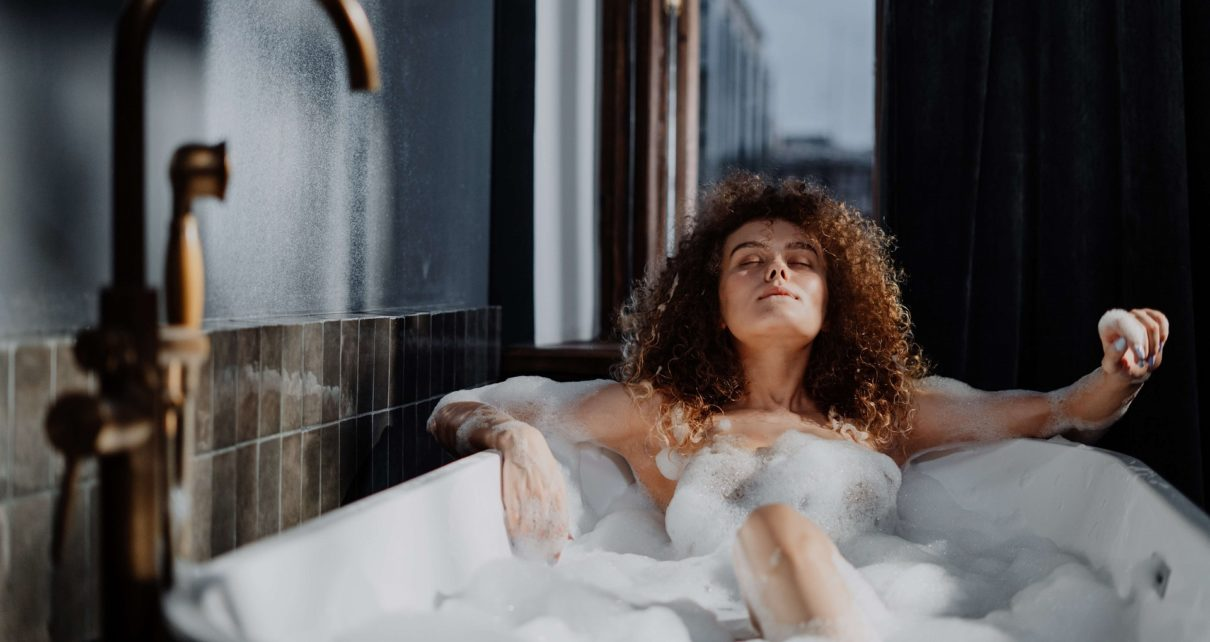 woman in bathtub with water 4155478 1
